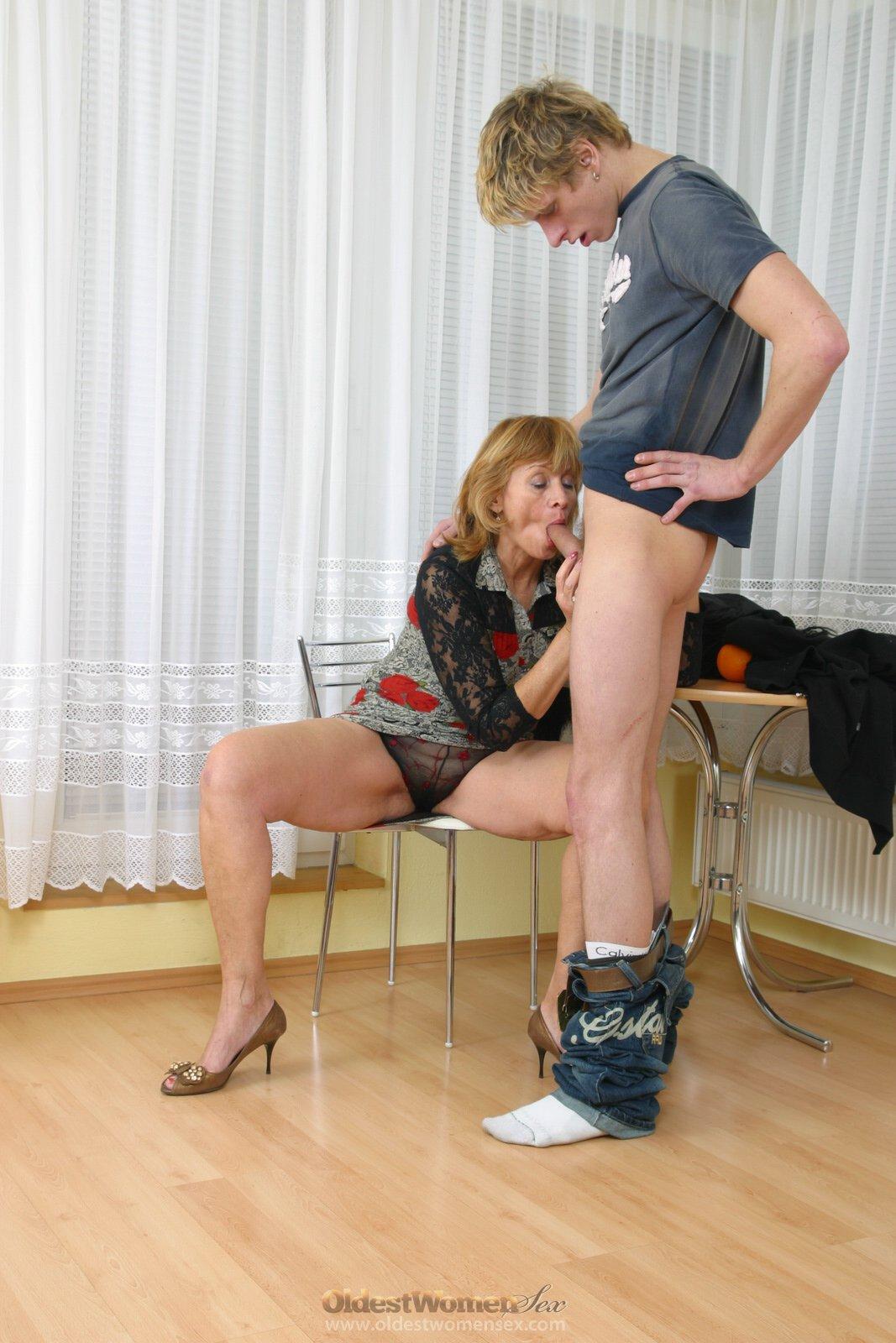 Племянник пришел не вовремя когда тётя мастурбировала